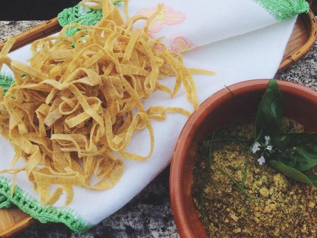 Tagliatelle ai semi integrali con pesto ai semi di sesamo, girasole e di lino e pomodorini datterini