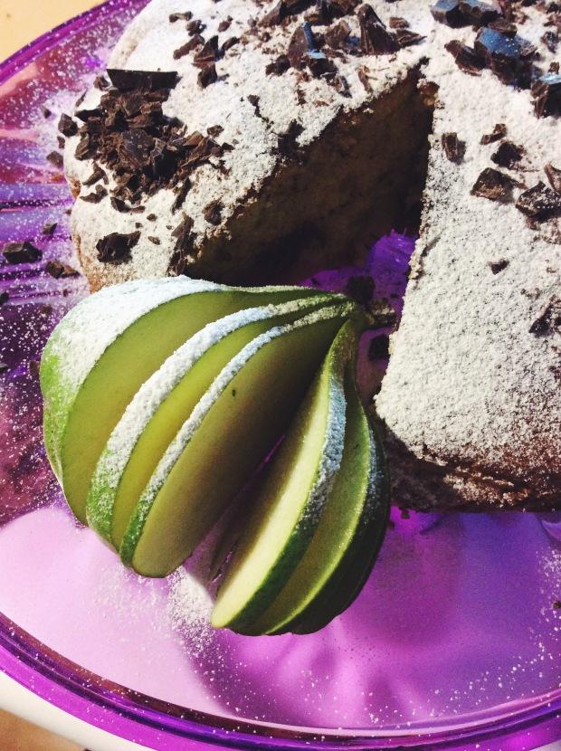 Torta di farina di farro con cioccolato fondente e pere all'olio di oliva extravergine